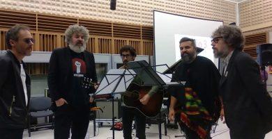 """El día que… """"M"""" se convirtió en una maravillosa versión cantada por Iván Ferreiro, Santi Balmes, Amaro Ferreiro, Julián Saldarriaga y Ricky Falkner"""